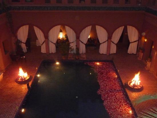 Kasbah Tamadot: courtyard at night