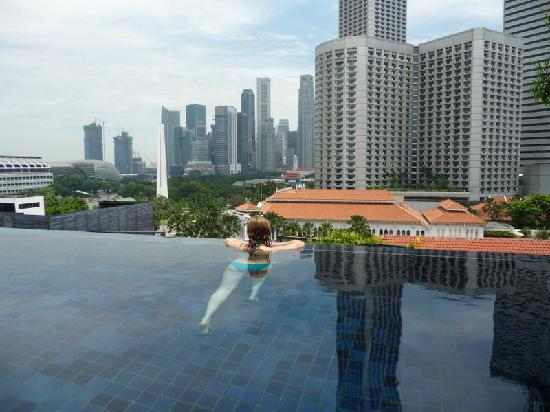 ‪ناومي: rooftop pool overlooking Raffles‬