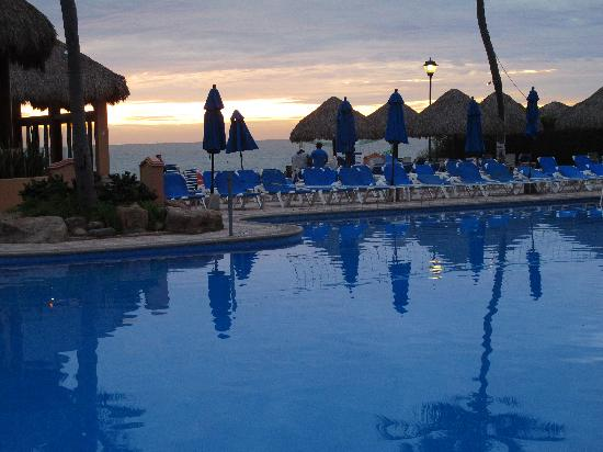 Torres Mazatlan Resort: Pool area overlooking the ocean