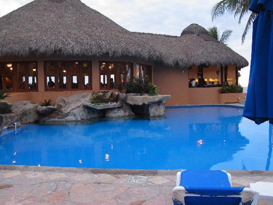 Torres Mazatlan Resort: Pool area w/ restaurant in the background