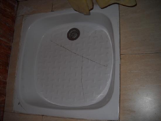 Hotel Guynemer: Shower floor