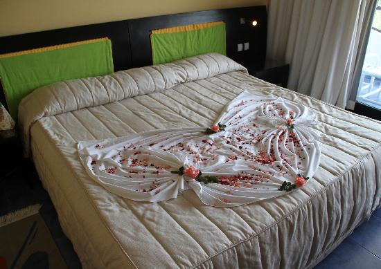 SENTIDO Phenicia: Our bed decorated for our anniversary