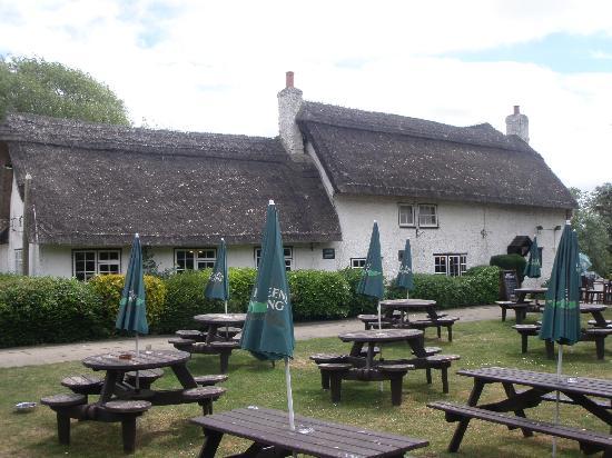 Old Ferry Boat Inn: The beer garden,beside river.