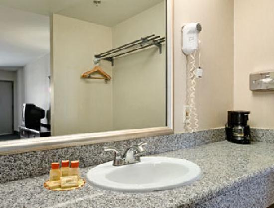 Days Inn Fontana / Rialto: Sink Vanity Area