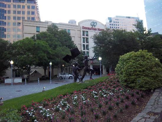 DoubleTree by Hilton Hotel Atlanta - Buckhead: hotel front  nice area