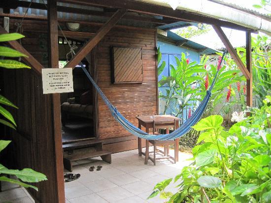 Jacaranda Hotel and Jungle Garden: Outside patio