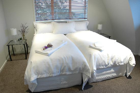 Lavender Hill: Guest twin bedroom