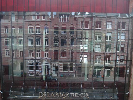 Hotel La Boheme: El hotel reflejado en el teatro De La Mar