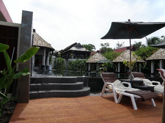 Kirikayan Boutique Resort: pool and massage area