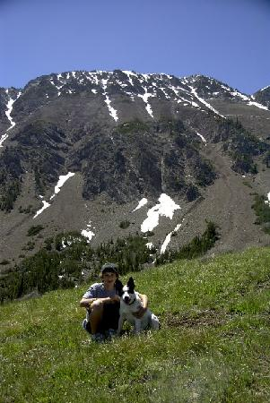 Wallowa Lake Resort: Guest hiking with buddy our resort dog
