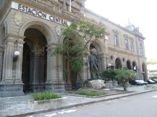 Montevideo, Uruguay: La Estación Central con el monumento a Artigas... Qué hermosa es!