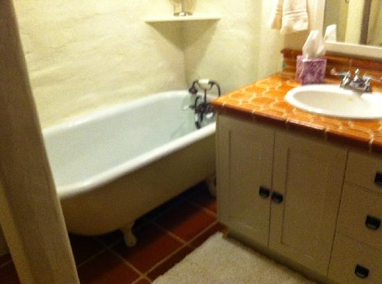 Adobe on Green Street Inn: Clawfoot tub