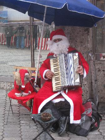 Norimberga, Germania: Santa and his Elf - Christkindlesmarkt, Nuremberg