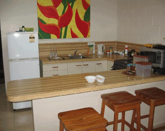 Eungella Chalet: Kitchen with breakfast bar