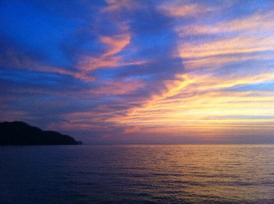 Playas del Coco, Costa Rica: Our leisurely cruise allows time to capture all the amazing colors of the sky.
