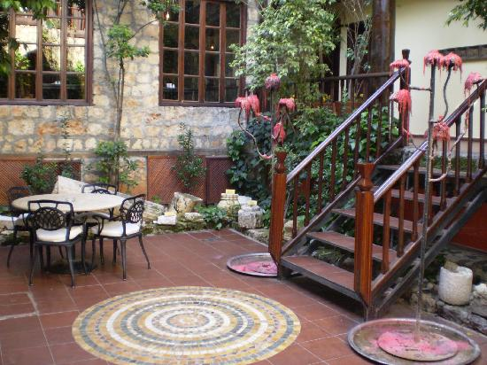 Alp Pasa Hotel : small courtyard