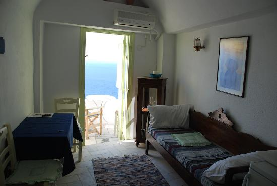 Old Oia Houses: Living room