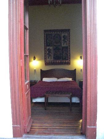 La Casa Roja Hostel: une chambre pour 2 avec sdb, donnant sur un patio