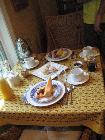 Inn at Twaalfskill: Every morning our breakfast table was laid out like this