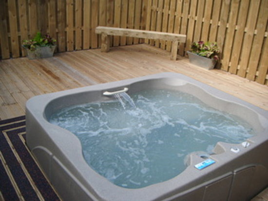 Williamscraig Holiday Cottages: Hot tub