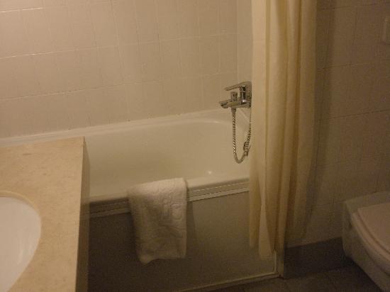 Hotel Ibis Setubal: habitacion y baño