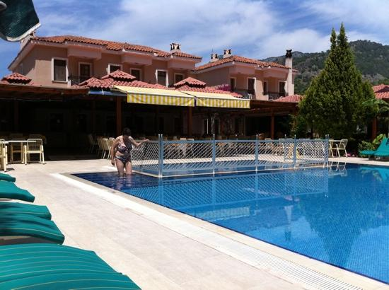 Perdikia Beach: pool and restaurant