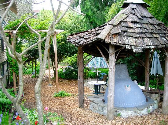Fertile Ground Guesthouse: An outdoor cob oven.