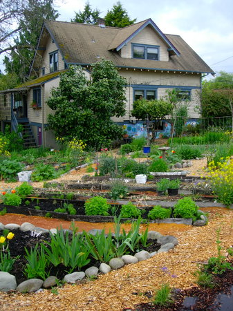Fertile Ground Guesthouse: Garden space with the B&B in the background.