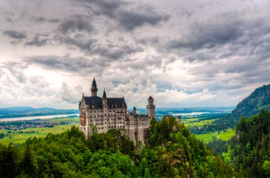 Kastil Neuschwanstein: castle from the bridge