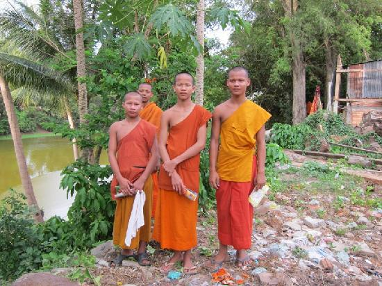 Siem Reap, Kambodsja: Monks living next to Bakong