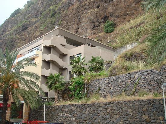 Hotel Calheta Beach : Hinterer Hotelblock mit irregulären Zimmern.