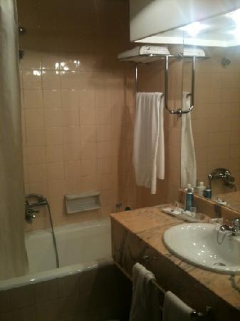 Hotel Palacio de Valderrabanos: salle de bain vintage