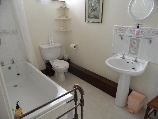 Wood View Bed & Breakfast: Good bathroom.