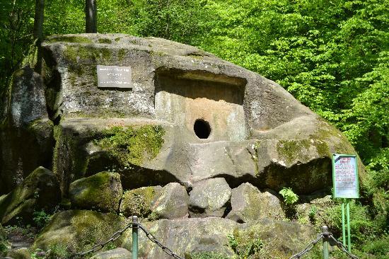 Chudo Krasotka Waterfall: Dolmen monolith