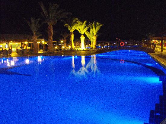 Venosa Beach Resort & Spa: The pool by night