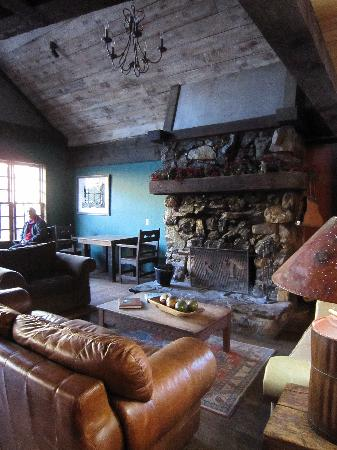 Rico Hotel Mountain Lodge: Quaint lobby--relaxing place to view the mountains.