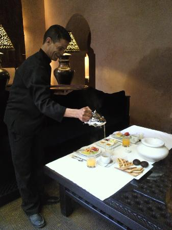 Riad Noir d'Ivoire : The staff serving us mint tea for breakfast