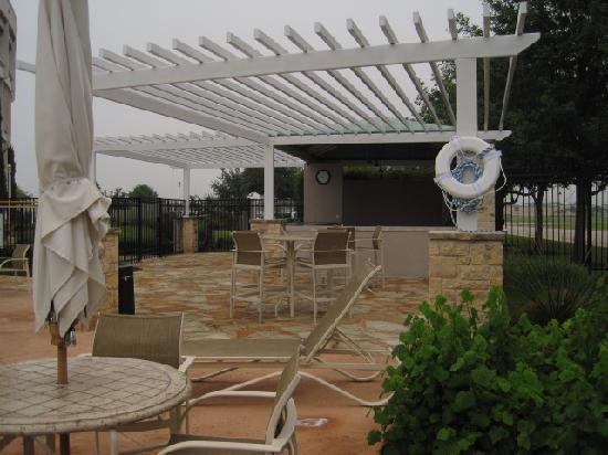 Hilton Austin Airport: Pool bar area
