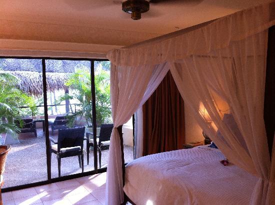 كازا ديل مار لانجكاوي: Bedroom with four poster in 2 room suite