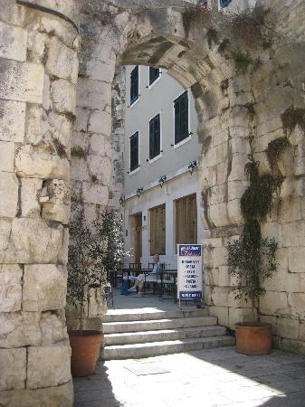 Hotel Peristil: Hotel location in the Old Town