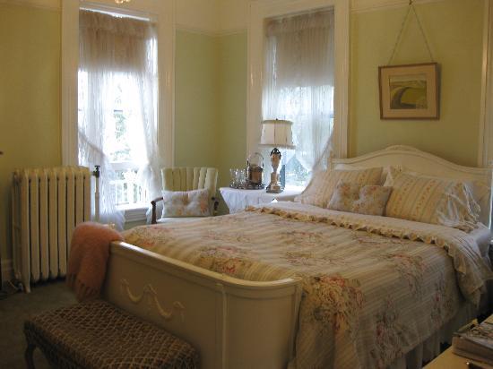 Pratt-Taber Inn: Spring room