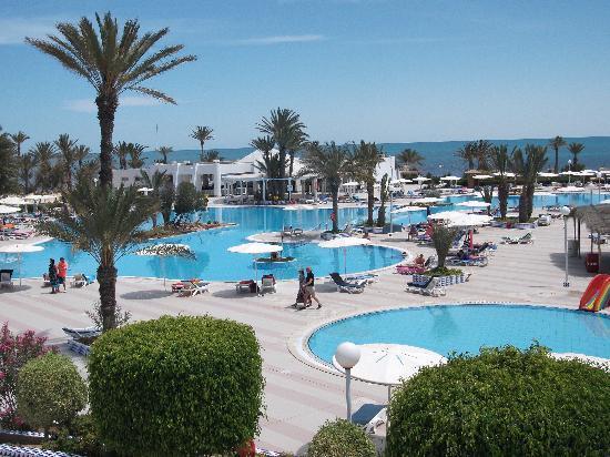 El Mouradi Djerba Menzel: piscine centrale avec à droite celle des enfants