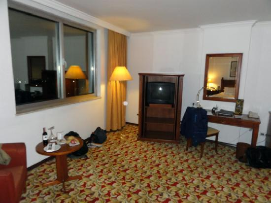 Hilton Kayseri: Desk, TV, welcome food and drink