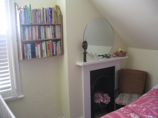 Fox Hill Bed & Breakfast : Cosy bedroom with fireplace, bookshelves and armchair