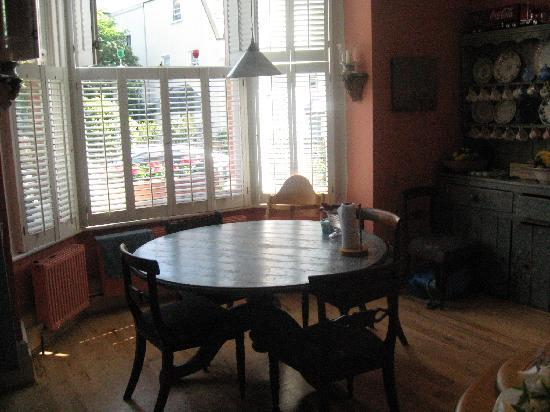 Fox Hill Bed & Breakfast : Eating area in the kitchen