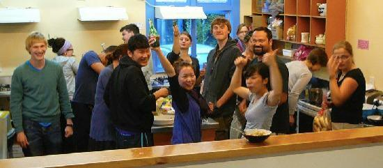 Rotorua Central Backpackers: Sushi party in the Kitchen