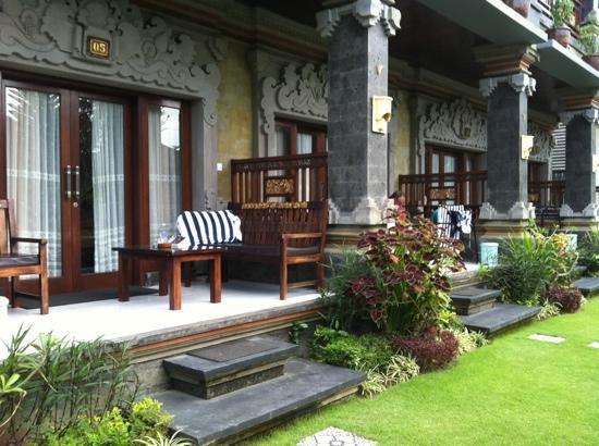 Hotel Segara Agung: beautiful bench was fab for afternoon snoozie