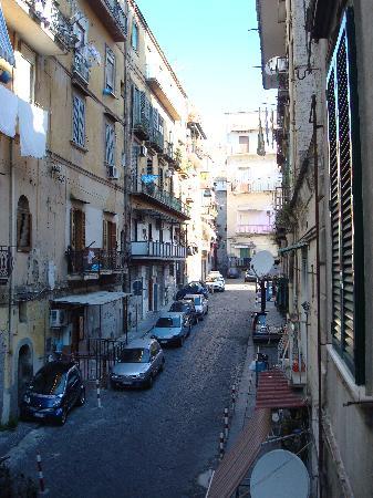 Bed & Breakfast I colori di Napoli : Vue de la rue le matin