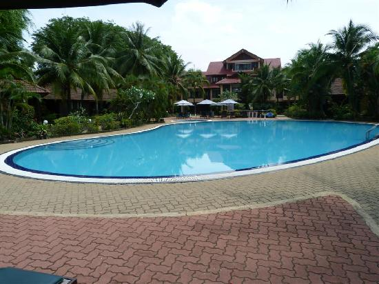 Holiday Villa Beach Resort & Spa Cherating: Very nice swimming pool... but too bad we do not know how to swim!