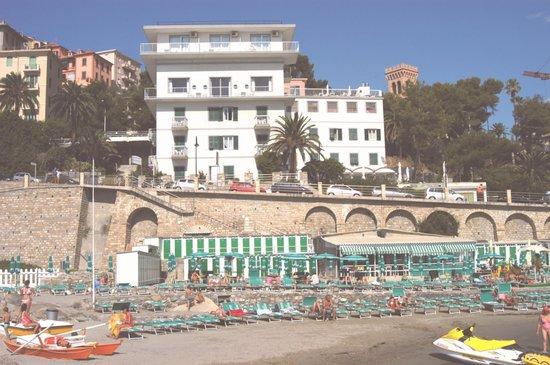 Hotel Corallo : L'hotel visto dalla spiaggia sottostante